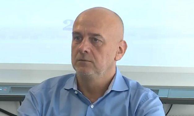 DUMITRU COSTIN (I) – Și-a asumat-o, la un moment dat public, fostul președinte Traian Băsescu, care comenta acest subiect. Dar ce, e prima lege care nu se respectă în România? Și, evident, toate aceste lucruri sunt duse în acest etern răspuns pe care îl auzim de la liderii politici români: nu sunt bani! În realitate, economia României produce bani.