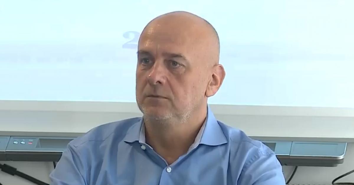 Dumitru Costin (I) – Ne-am pus întrebarea dacă nu cumva, la sfârșitul perioadeide implementare, anumite teritorii din România, anumite județe, anumite regiuni nu ar fiajuns la unnivel de dezvoltare economicășisocială mult superior restului României și ar fi putut să emită pretenții pe care le-am maiauzit din păcate,de genulne-am săturat deMitici. Am vrea să ne autoguvernăm.