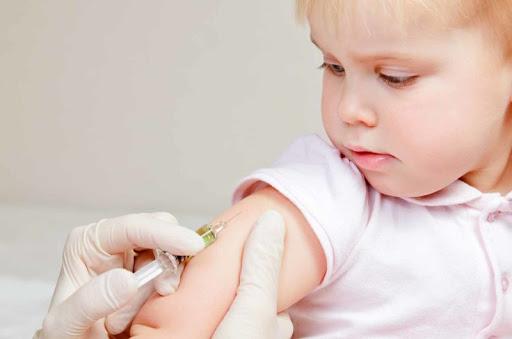 Producătorii de vaccinuri trebuie să răspundă pentru toate efectele secundare care vor altera sănătatea copiilor